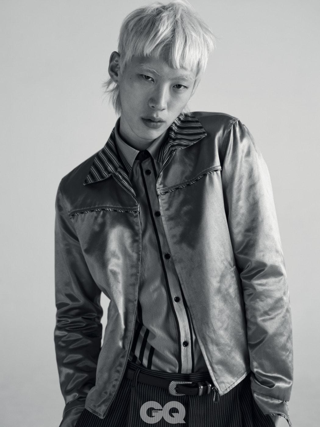 실크 재킷 가격 미정, 셔츠 95만원, 팬츠와 벨트 가격 미정, 모두 보테가 베네타.