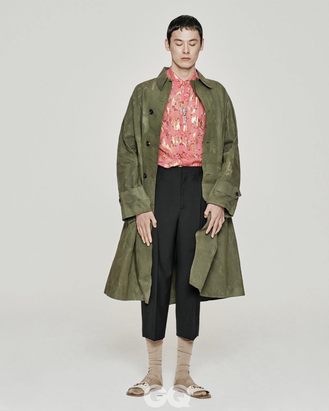 오버사이즈 코트 3백40만원, 꽃무늬 자카드 셔츠 1백40만원, 크롭트 팬츠 99만원, 슬리퍼 84만원, 소 펜던트 목걸이 1백8만원, 모두 구찌.