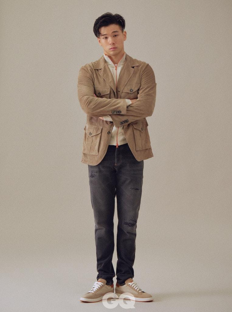 브라운 스웨이드 재킷 8백65만원, 집업 니트 1백97만원, 티셔츠 57만원, 데님 팬츠 1백43만원, 스니커즈 1백43만원, 모두 브루넬로 쿠치넬리.