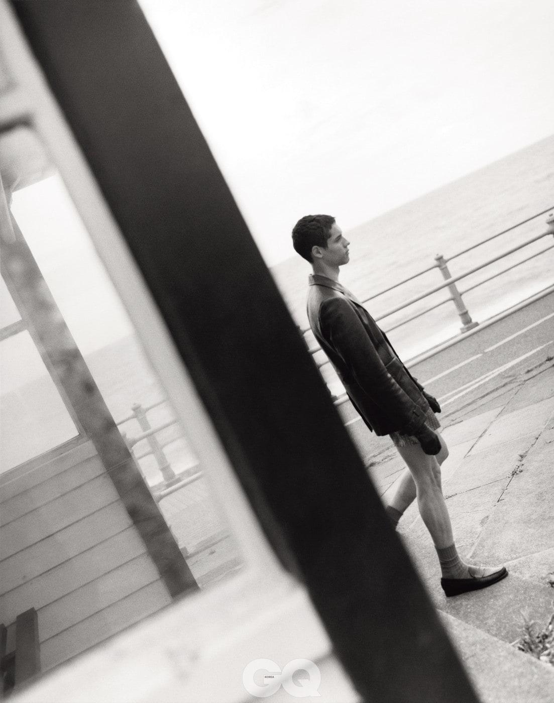 갈색 가죽 재킷과 검정 점퍼, 모두 프라다. 페이즐리 박서, 선스펠. 울 양말, 글렌뮤어 by 삭숍. 갈색 로퍼, GH 바스.