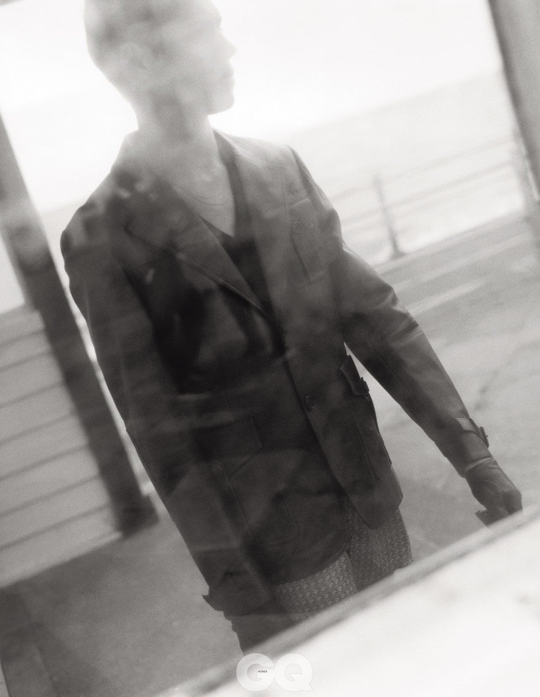 갈색 가죽 재킷과 검정 점퍼, 모두 프라다. 페이즐리 박서, 선스펠. 가죽 장갑, 덴츠.