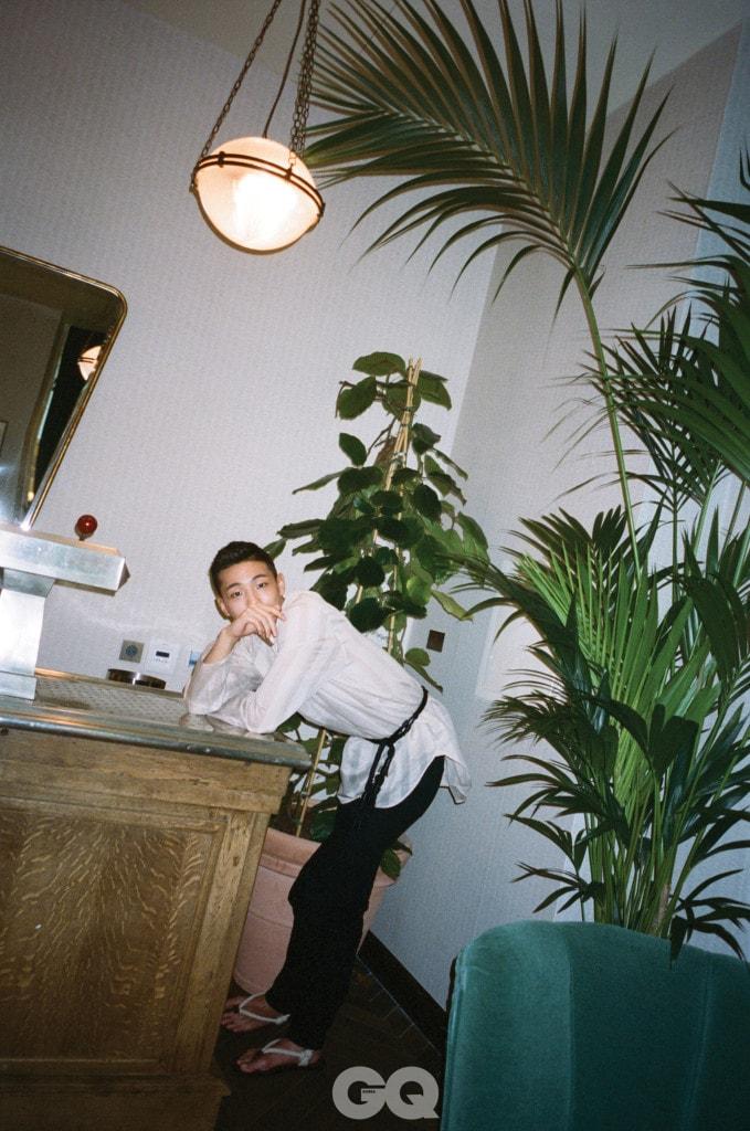 스트라이프 자카드 셔츠, 블랙 슬림 진, 파스망트리 모노그램 벨트, 누피에 샌들, 모두 생 로랑 by 안토니 바카렐로.