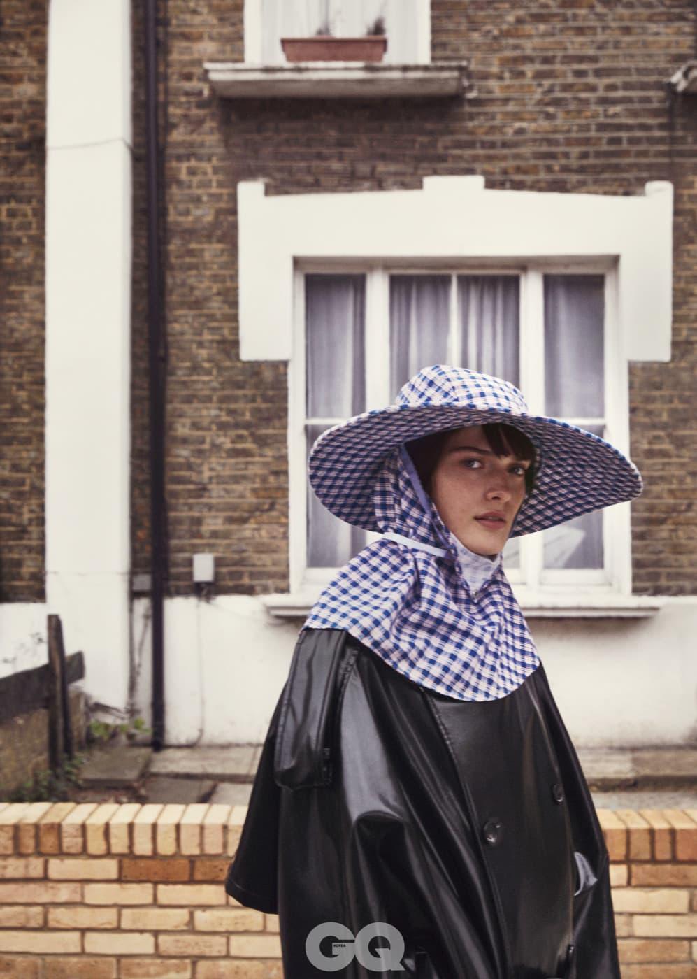 모자 가격 미정, 코트 €1,958, 모두 라프 시몬스.