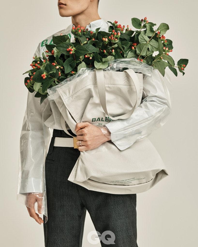 드라이클리닝 커버 셔츠, 체크 팬츠, 버클 벨트, 가죽 쇼퍼 백 가격 미정, 모두 발렌시아가. 반지는 에디터의 것.