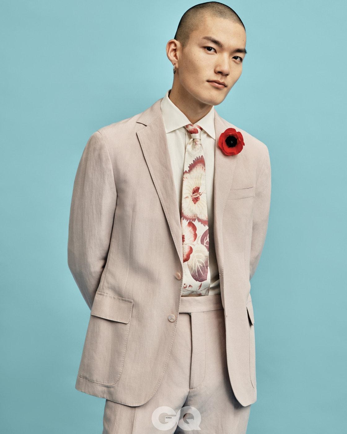 리넨 수트, 리넨 셔츠 가격 미정, 모두 랄프 로렌 퍼플 라벨. 꽃무늬 타이 가격 미정, 구찌. 링 귀고리 12만1천원, 불레또.