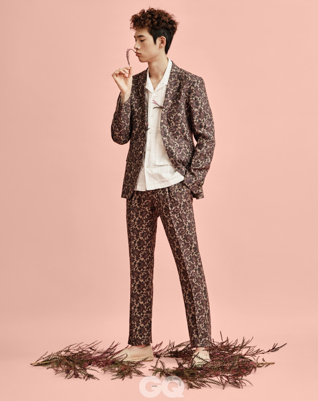 오픈 칼라 셔츠 21만8천원, 이스트 로그 by 솔티 서울. 페이즐리 수트 재킷 1백48만원, 팬츠 67만원, 모두 에트로. 가죽 에스파드류 13만9천원, 에스파드류 로히지날.