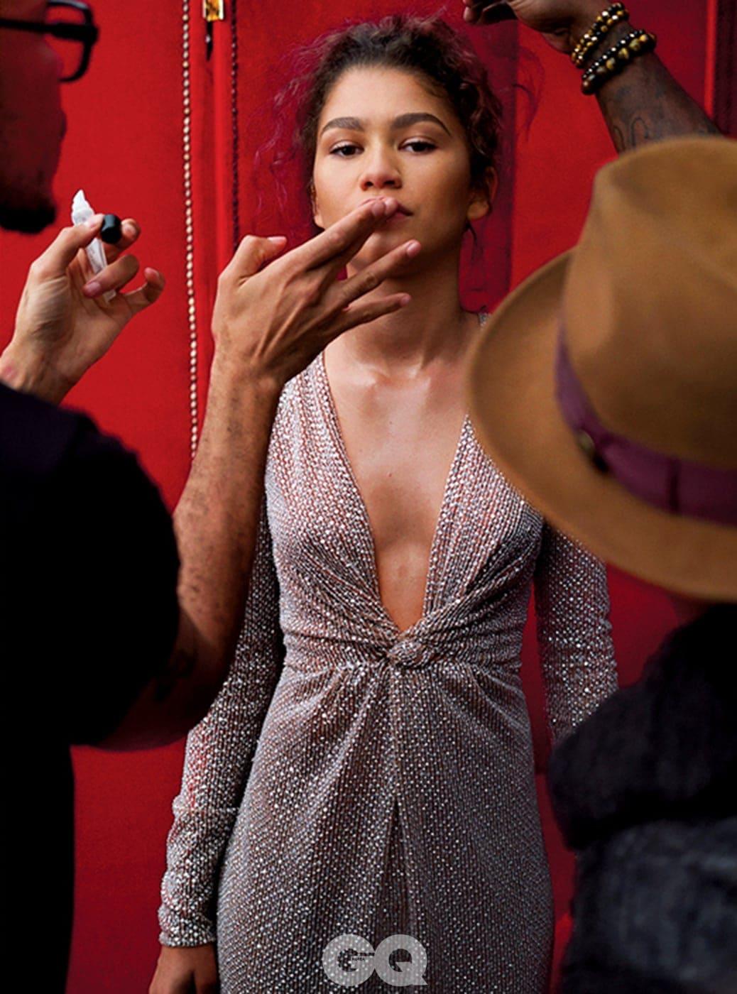 드레스는 마이클 코어스, 반지는 카르티에, 구두는 마놀로 블라닉.