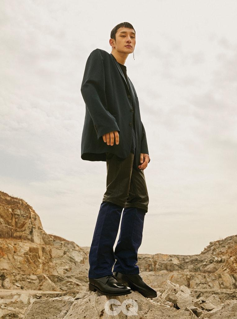 오버사이즈 재킷 가격 미정, 티셔츠 40만원대, 가죽, 데님, 코듀로이 소재가 섞인 팬츠, 더비 슈즈 가격 미정, 모두 발렌시아가. 귀고리 15만7천원, 불레또.