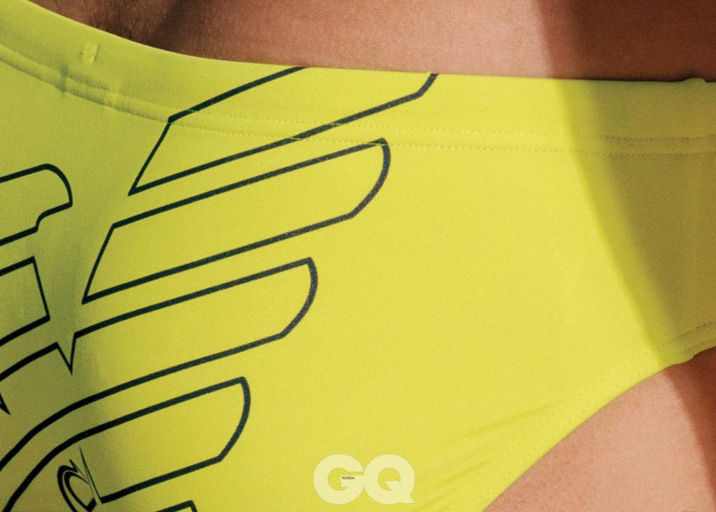 상큼한 레몬색과 큼지막한 로고가 돋보이는 수영복, EA7.