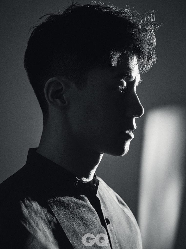 블랙 컬러의 턱시도 디테일 오간자 셔츠,  김서룡 옴므.