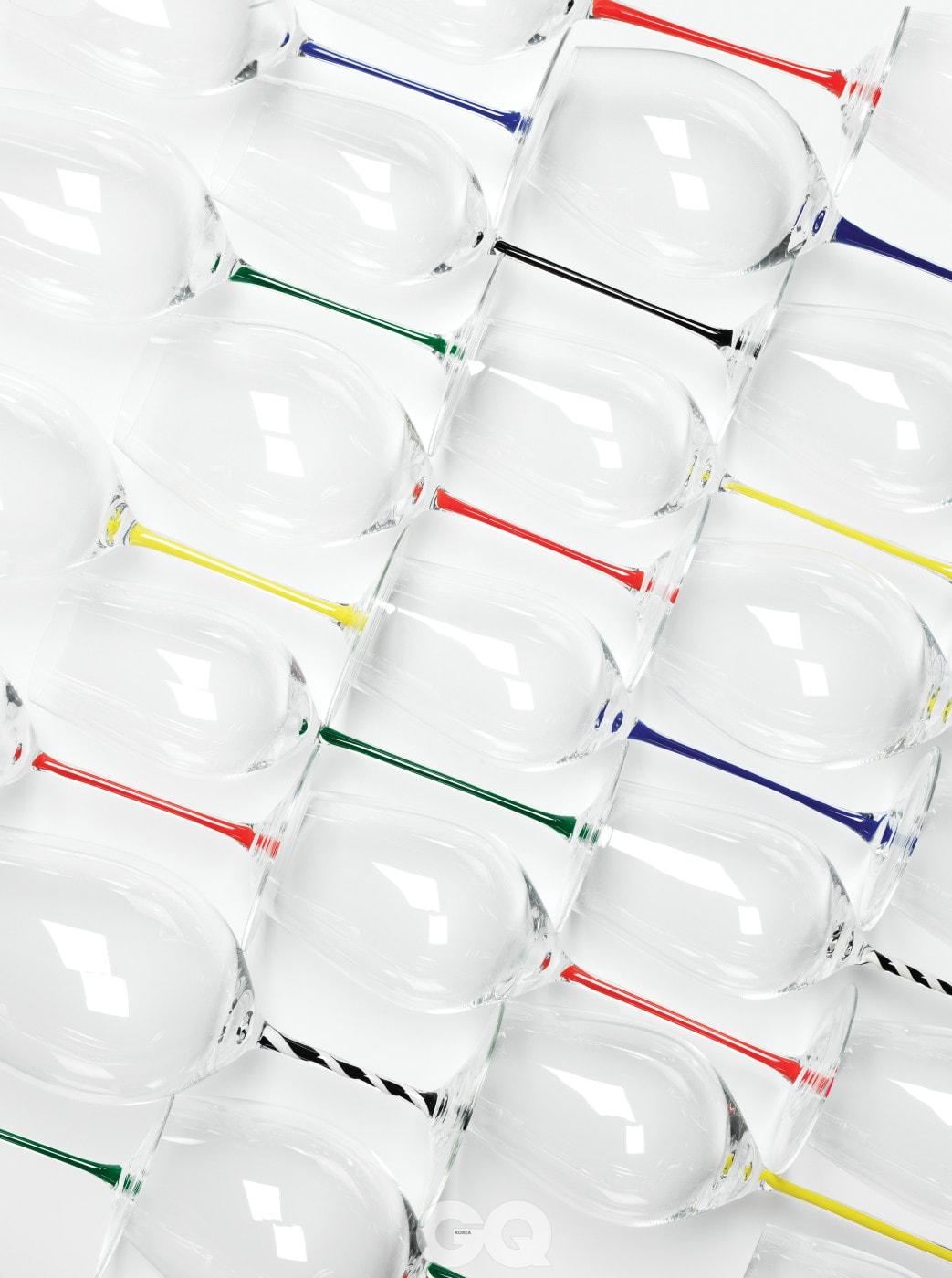 블랙, 다크 블루, 그린, 레드, 옐로우, 화이트, 블랙앤화이트 트위스트 스템까지 모두 7가지 색으로 출시된다. 와인 잔 모양은 총 8가지이며 각 12만원이다. @riedel_kr