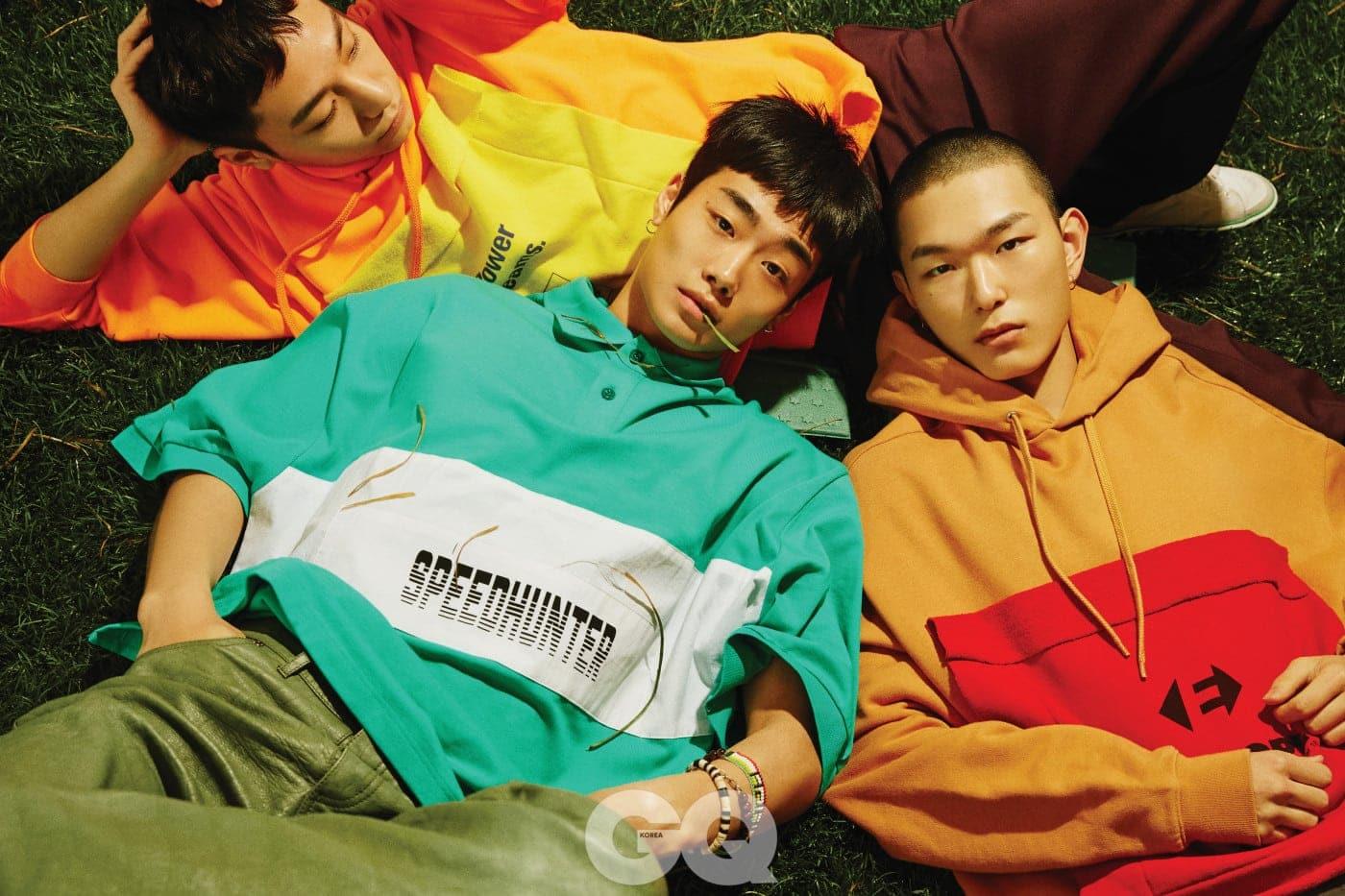 노란색 패치 후드 티셔츠, 자주색 팬츠, 스니커즈 가격 미정, 모두 발렌시아가.  오버사이즈 피케 셔츠, 가죽 팬츠, 팔찌 가격 미정, 모두 발렌시아가.  빨간색 패치 후드 티셔츠 가격 미정, 발렌시아가.