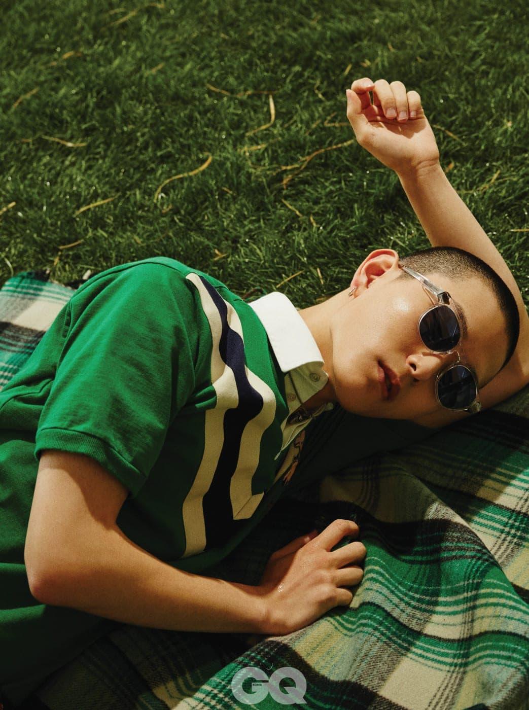 그린 피케 셔츠, 목걸이, 체크무늬 숄 가격 미정, 모두 구찌. 선글라스 가격 미정, 루이 비통.