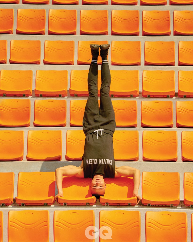로고 머슬 티셔츠 8만9천원, 스트링 조거 팬츠 10만9천원,  모두 캘빈클라인 퍼포먼스.
