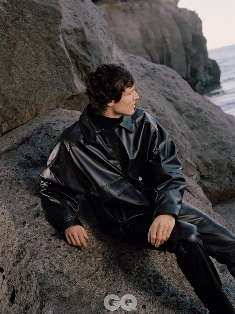 가죽 재킷과 팬츠, 모두 마틴 로즈.