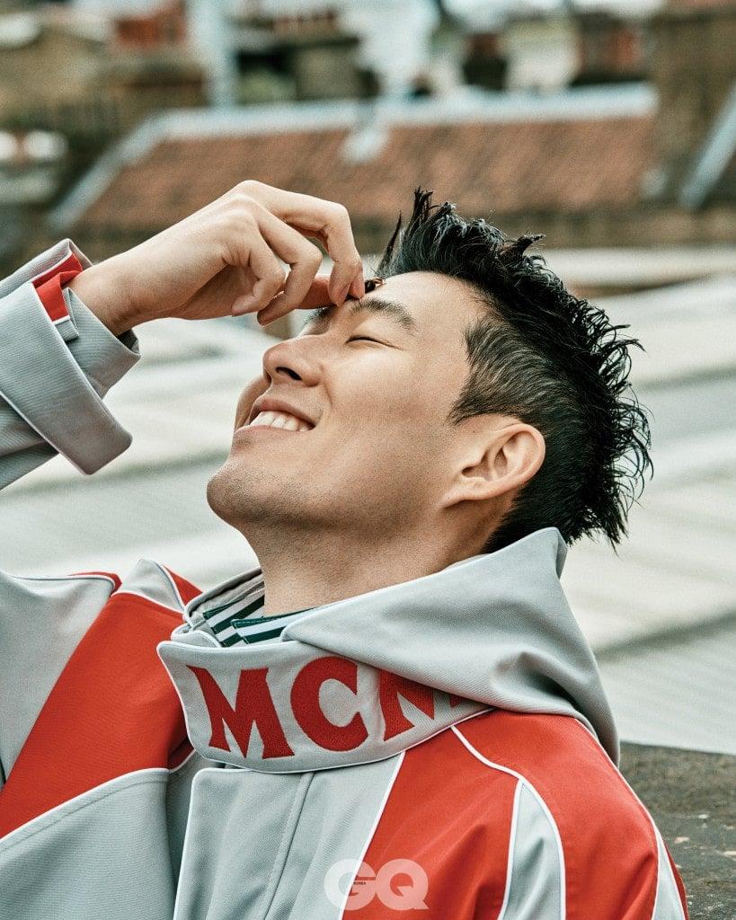 오버사이즈 트윌 재킷 1백15만원, 스트라이프 셔츠 가격 미정, 모두 MCM.