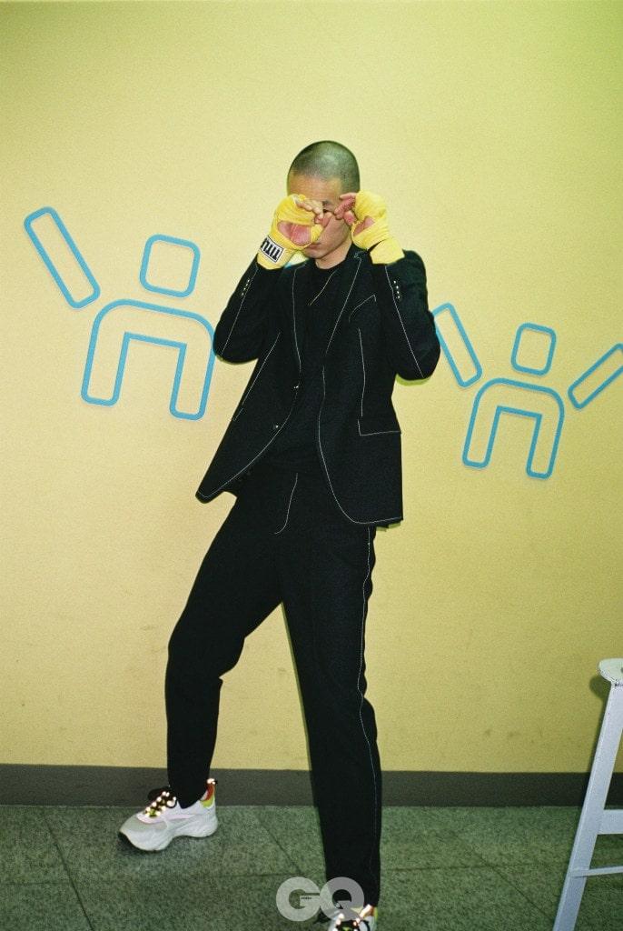 스티칭 재킷, 네이비 스웨터, 스티칭 팬츠  가격 미정, 모두 보스 맨. 스니커즈 1백35만원,  디올 옴므.