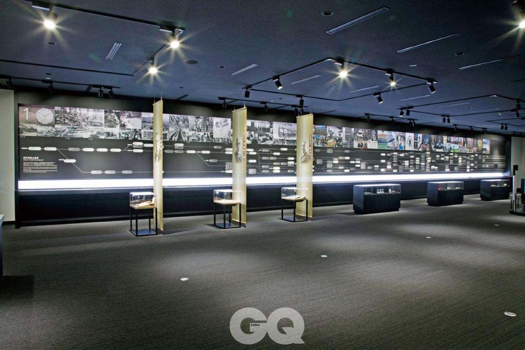 시티즌 본사 1층에 위치한 시티즌 뮤지엄의 모습. 사진 가운데 조명이 밝게 빛나는 가느다란 부분이 100여 점의 시계가 전시된 공간이다.