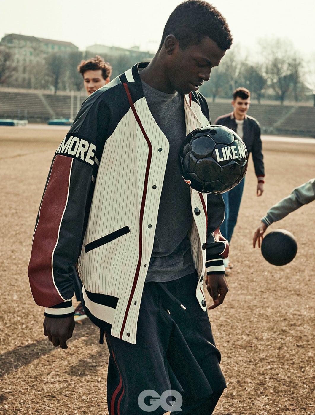 야구 점퍼, 팬츠, 티셔츠, 모두  돌체 & 가바나. 축구공,  카파 컨트롤.