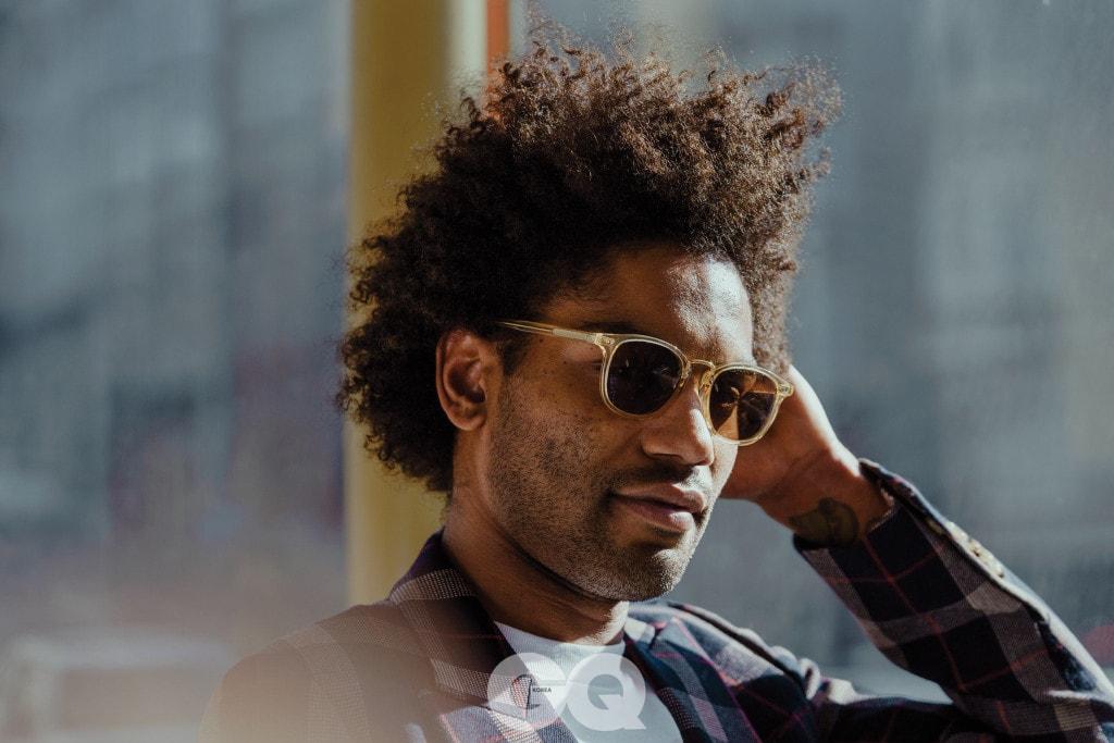 블레이저 가격 미정, 구찌. 티셔츠 가격 미정, GX1000. 선글라스 $295, 빌리 레이드.