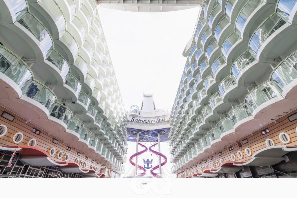 66미터 높이의 얼티밋 어비스 미끄럼틀 두 대가 16층 갑판의 스포츠 존에서 6층 갑판의 보드워크까지 굽이치며 내려온다.