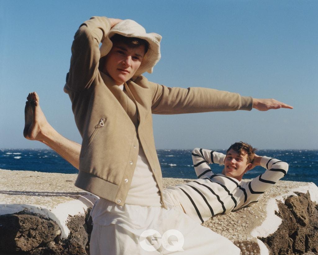 웨이드 블루종, 세라핀. 탱크톱, 이자벨 마랑. 안에 입은 탱크톱, 레 옴므. 쇼츠, 꼼 데 가르송 셔츠. 버킷 햇, 볼살리노. 줄무늬 톱, 이작. 쇼츠, 딕 비켐버그.
