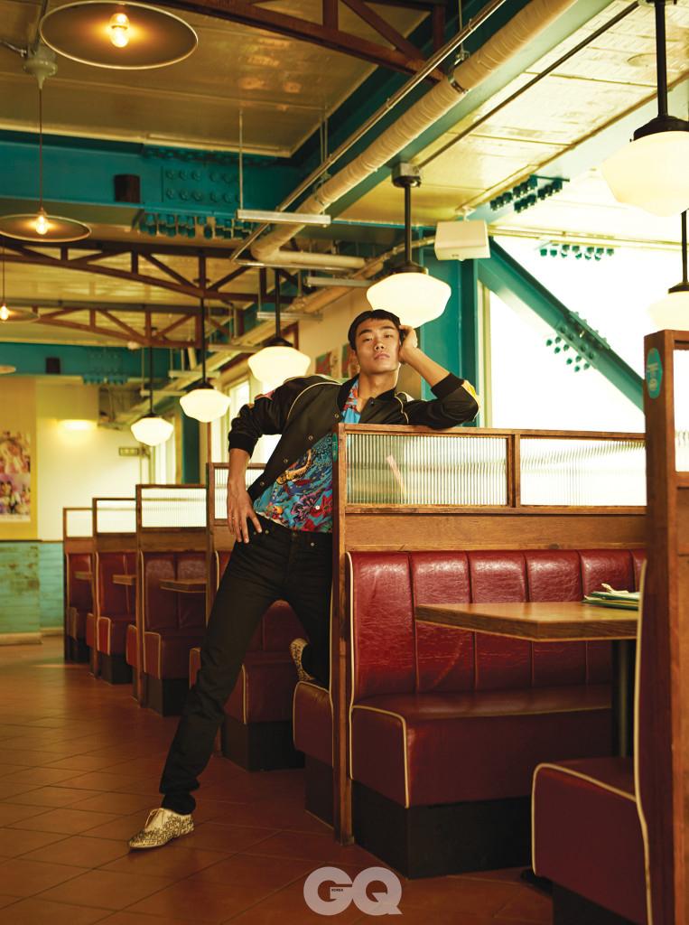 블루종 3백56만원, 데님 팬츠 64만5천원, 슈즈 가격 미정, 모두 생 로랑 by 안토니 바카렐로. 하와이안 셔츠 40만원대, 폴스미스.