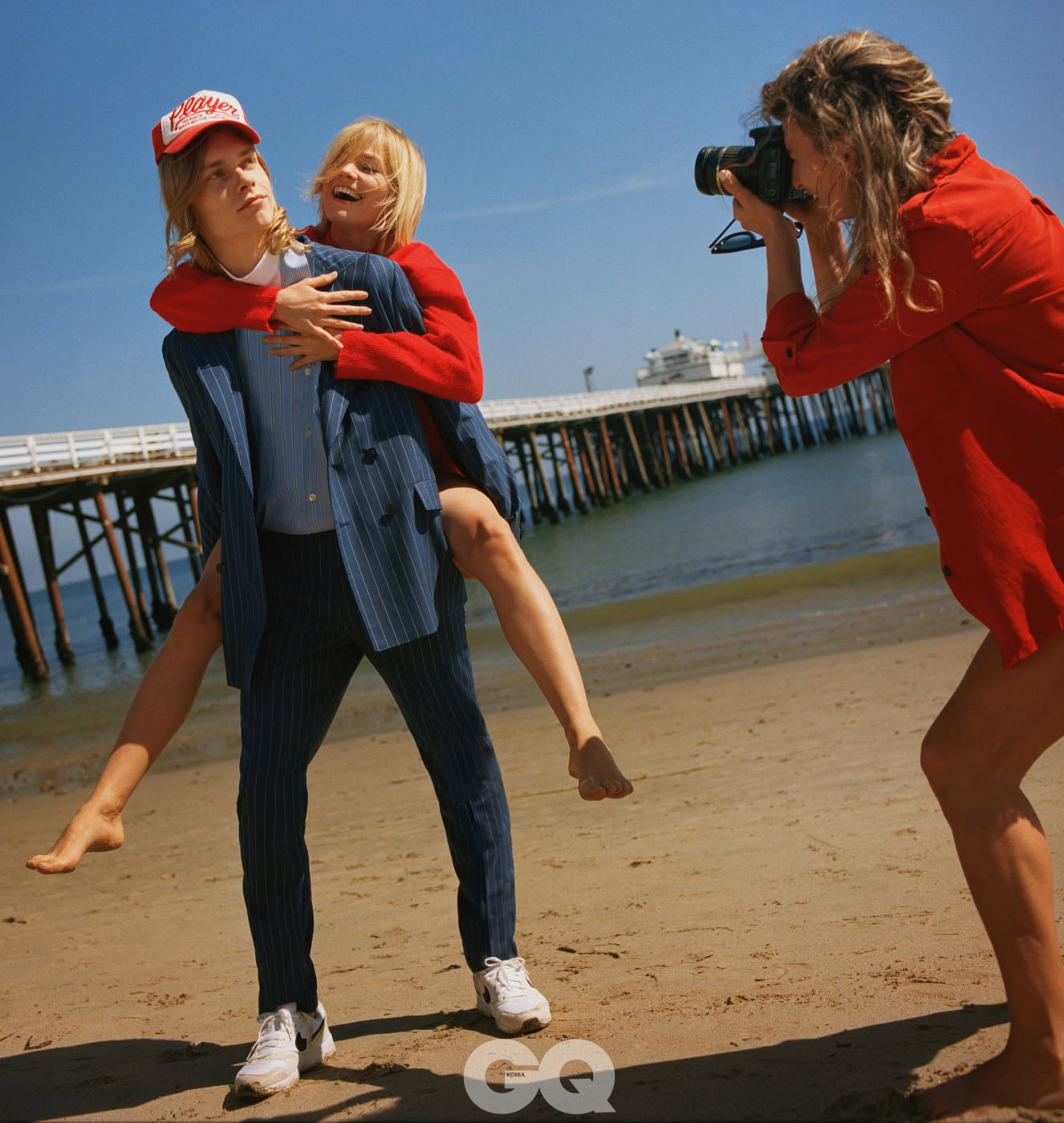 수트 가격 미정, 빌리어네어. 니트 €175, 알릭스 스튜디오 at stylebop.com. 운동화 €90, 나이키. 셔츠와 모자는 스타일리스트의 것.