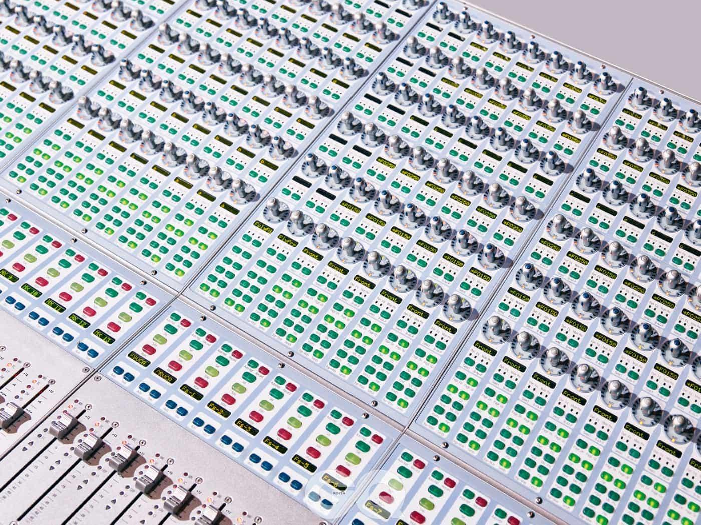 홀로그램과 음악의 싱크를 맞추기 위해 펄스 에벌루션이 이용하는 4.5미터 너비의 믹싱 데스크.