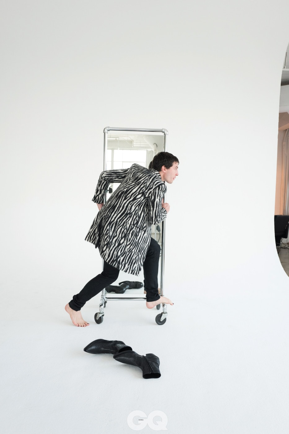 지브라 패턴 코트, 블랙 데님 슬림 진, 블랙 루카스 지퍼 부츠, 모두 생 로랑 by 안토니 바카렐로.