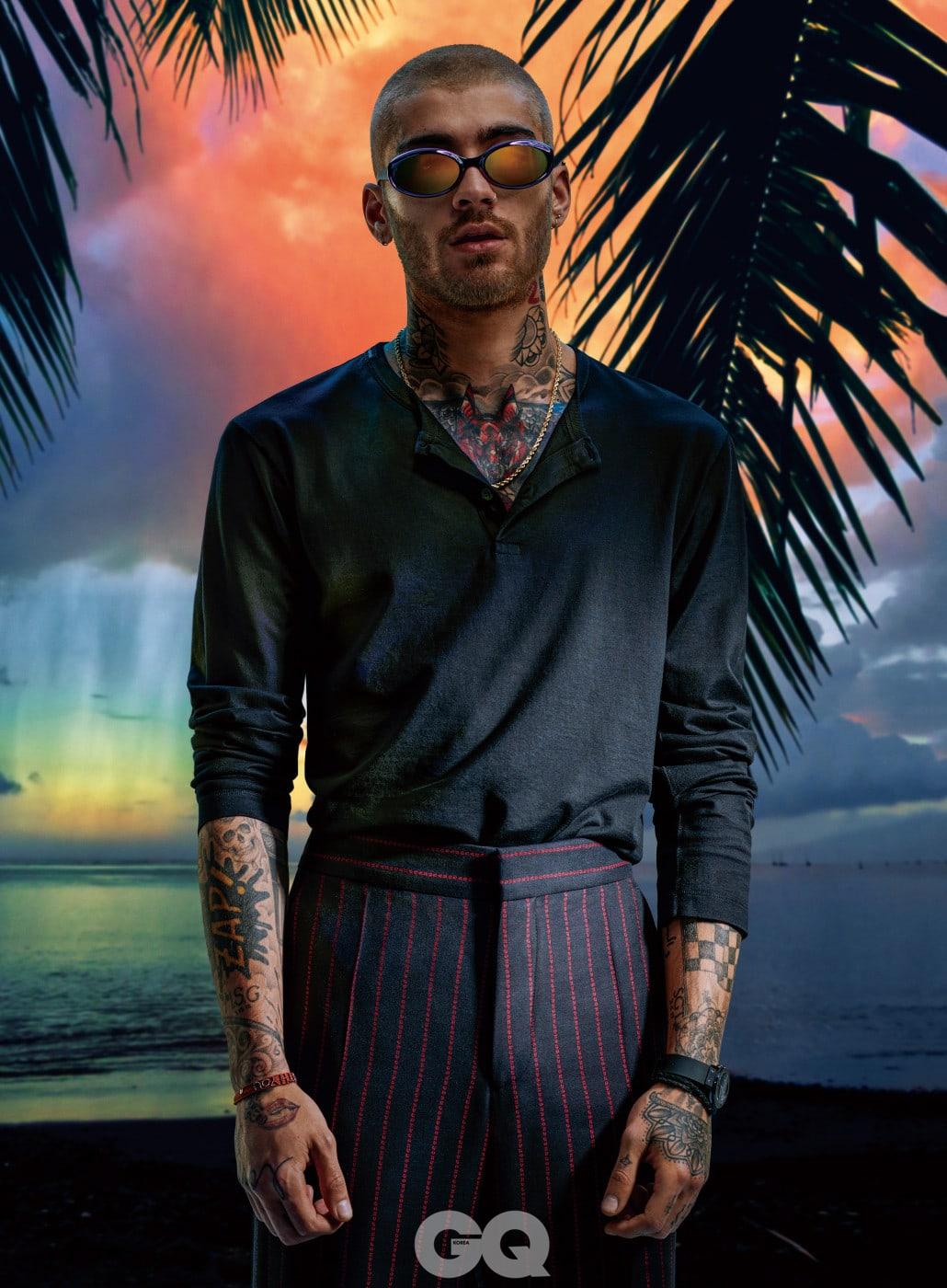 셔츠 $475, 돌체&가바나. 팬츠 $345, 휴고. 선글라스 $730, 루이 비통. 시계 $9,400, 위블로. 목걸이와 팔찌는 모델의 것.