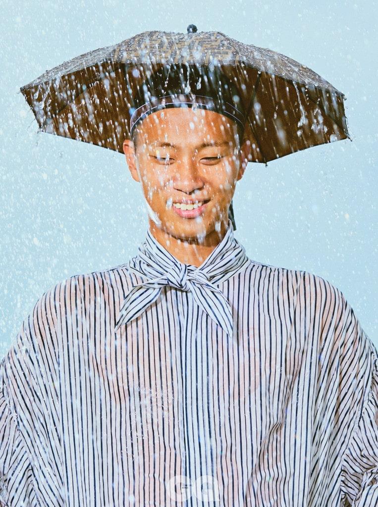 스트라이프 셔츠 가격 미정, 우영미. 우산 모자 43만원, 펜디.