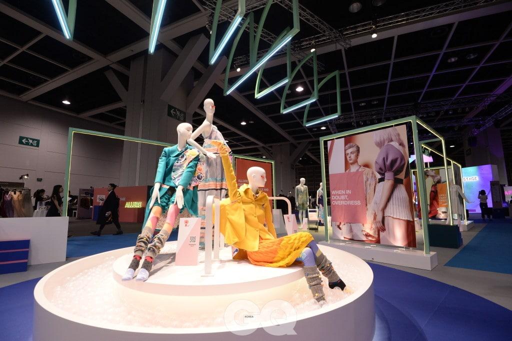 올해는 220개 브랜드가 참석하며, 20여 개의 런웨이와 40여 개의 다채로운 이벤트가 열린다.