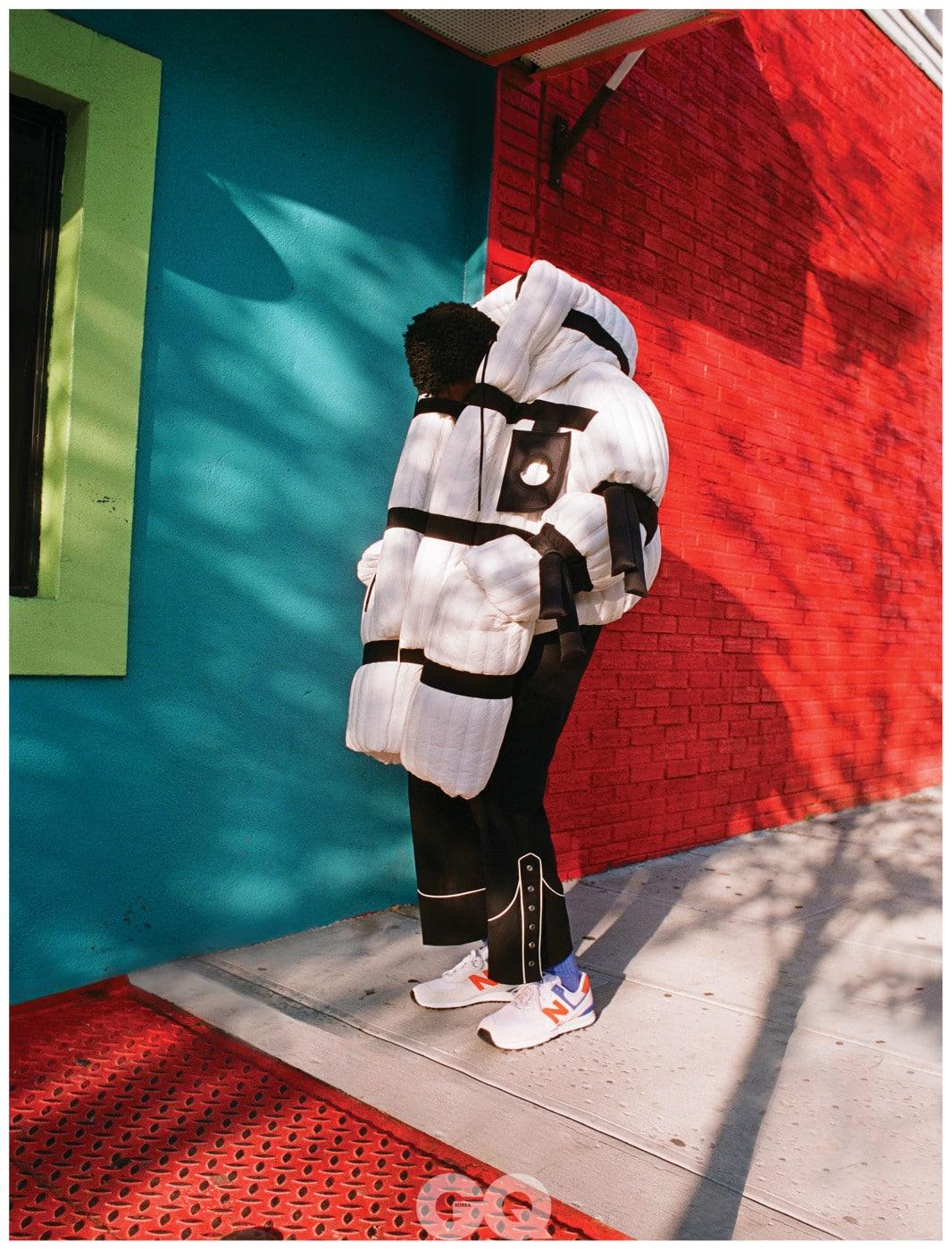 패딩 코트, 5 몽클레르 크레이그 그린. 블랙 팬츠, 디스퀘어드2. 운동화, 뉴발란스.