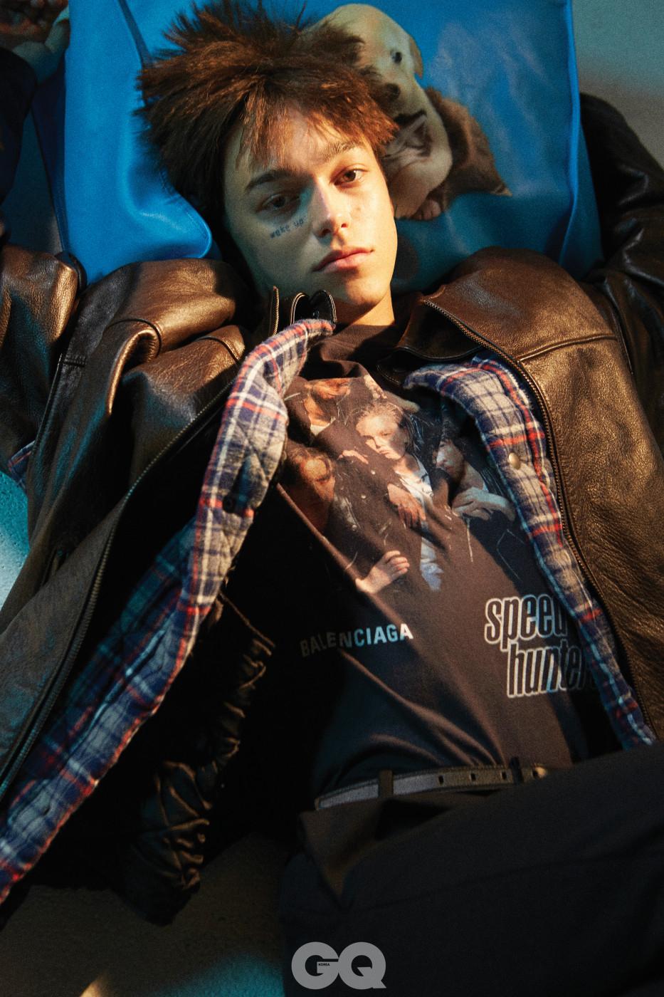 트롱 프뢰유 레더 베스트와 셔츠 가격 미정, 스피드헌터 티셔츠 60만원대, 팬타삭스와 슬림 벨트, 마켓 쇼퍼 백 가격 미정, 모두 발렌시아가.