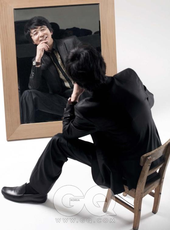 검은색 수트와 셔츠 모두 ZIO SONG ZIO, 시계는 구찌, 검은 구두는 보스