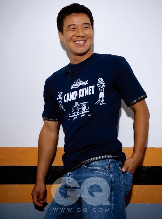 티셔츠는 컴플에잇 by 탕고드샤, 바지는 이형택 본인의 것