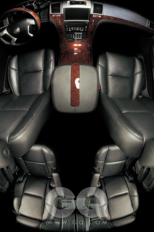 캐딜락 에스컬레이드. 6.2리터 V형 8기통 엔진, 403마력/57.6kg·m, 7인승, 1억2천만원.