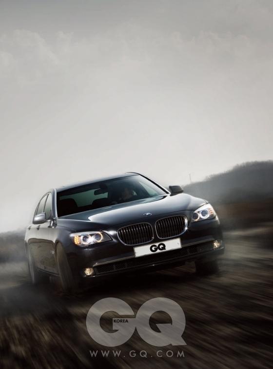 검은 차는 BMW 뉴 740Li. 3리터 배기량이지만 두 개의 터보를 달아 4리터  엔진보다 강력한 326마력을 발휘한다. 가격은 1억4천6백만원.