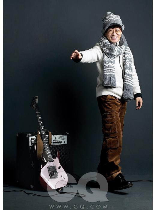 흰색 니트는 빅토리녹스, 갈색 코듀로이 바지는 루츠, 모자와 목도리는 모두 엠폴햄, 기타는 김창완의 것