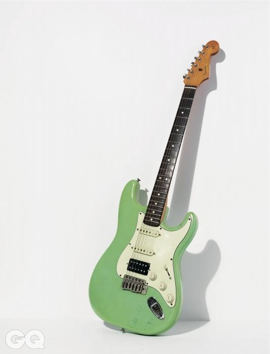 30년의 손때가 묻은 수박색 일렉트릭 기타는 함춘호의 것이다.