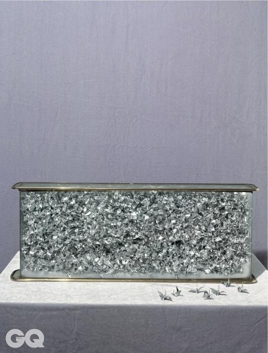 3천 개의 은색 종이학이 든, 먼지 쌓인 유리상자는 전영록의 소속사에서 제공했다.