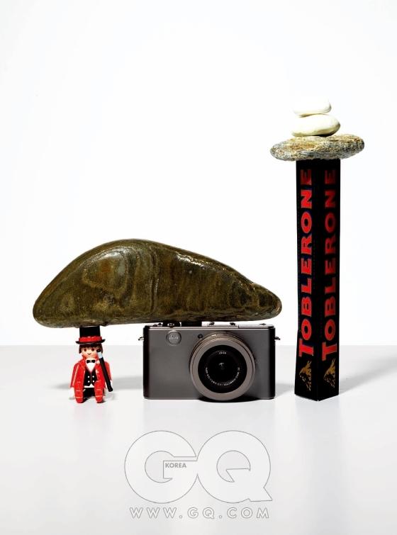 왼쪽의 장난감 인형은 플레이모빌 스페셜 시리즈에서 마술사(품번은 4667) 중 일부로 5천원. 가운데 디-럭스4 티타늄 에디션은 1백79만원, 라이카by 반도카메라. 오른쪽의 스위스 다크 초콜릿은 옥션에서 2천5백원, 토블론.
