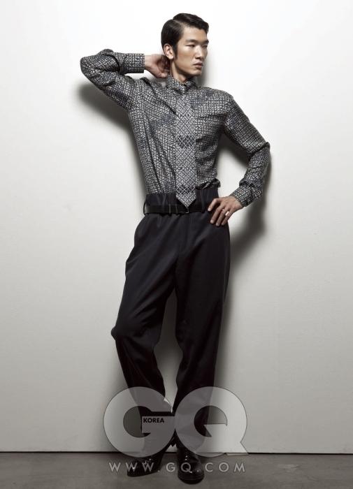 프린트가 화려한 실크 셔츠, 허릿단이 높은 팬츠, 가느다란 벨트와 앞코가 둥그런 구두 모두 Z 제냐 2009 F/W 컬렉션.