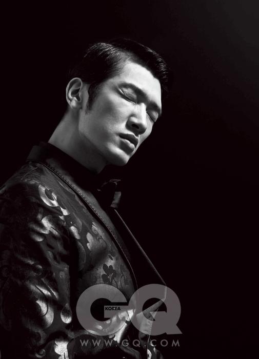 숄칼라의 화려한 재킷과 검정 셔츠, 검정 보타이 모두 돌체&가바나 2009 F/W 컬렉션.