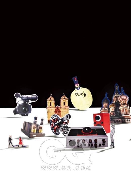제일 왼쪽에 있는 캠코더 GY-HM700U는 1천2백만원대, JVC. 바로 앞의 진공관 앰프 크론질라 SX는 2천만원대, KR 오디오 일렉트로닉스 by ST 사운드.오른쪽은 아길리스 XC2 에보 엠티비 크랭크 세트로 1백37만원, 붙어 있는 크랭크 세트도 아길리스 모델로 1백7만원, 두 제품 모두 로토 by 엠세븐바이크. 컴퓨터 오디오카드 겸 믹서 오디오 콘트롤 1은 30만원대, 네이티브 인스트루먼츠. 그 뒤의 새빨간 라디오는 오디오 모델 팔은, 33만원, 티볼리. 제일 뒤에 있는 탁구채는 P. 세이브 스트레스로 5만원대, 욜라.