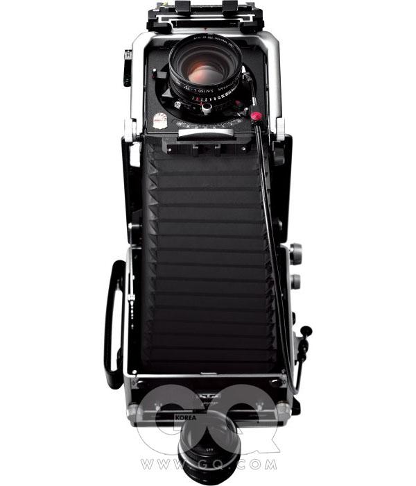 린호프 마스터 테크니카 3000(430 X 180 X 180mm, 2600g)디지털도 쓰고 35mm 슬라이드 필름도 썼는데 작년쯤 갑자기 다 식상해졌어요. 단순한 사진이 찍고 싶었어요. 흑백사진을 찍으면 어떨까 궁금했죠. 핫셀블라드와 롤라이 카메라로 잠깐 찍다 대형 사진에 대해 알게 됐어요. 아마추어들이 그렇잖아요. 뭔가 바꾸면 잘 찍을 수 있지 않을까? 저도 그렇게 생각한 게 사실이에요. 대형 카메라는 정말 요즘 카메라에 비하면 너무 불편해요. 삼각대가 꼭 필요하고 배낭에 짊어지고 나가도 한 컷 촬영하려면 30~40분씩 걸리니까요. 사람들이 쳐다보는 것도 민망하고. 나가면 하루에 열 컷 정도 찍는 것 같아요. 그래도 판형이 크다 보니 나무 같은 걸 찍으면 디테일이 정말 기가 막혀요. 그것 때문에 대형 카메라에 빠지는 것 같아요. 그리고 불편한 그 과정들이 재미있어요. 새걸로 사서 보디만 9백만원 정도였어요. 환율에 따라 변해서 지금은 얼마인지 모르겠네요. 취미로 사진 하는 사람들이 사고 싶은 건 참 많죠. 그런데 어차피 다 살 순 없어요. 그냥 여기까지 온 걸로 만족하고 있어요. 염상협(사업가)