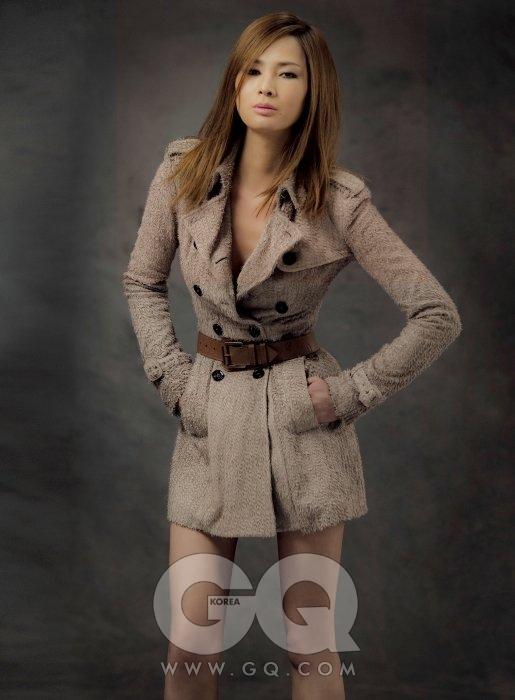 슈퍼모델, 방송인, 여자를 넘어 좋은 사람과 훌륭한 사장으로 사는 현재, 그녀는 모델처럼 아찔하고 방송인답게 재치있고 여자로서 섹시했다. 의상협찬 / 베이지색 가죽 트렌치 코트는 버버리 프로섬.