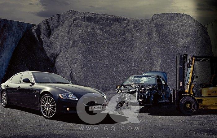 """""""네가 재미를 주지 않으면 다른 여자들이 주겠지""""마세라티 콰트로포르테 스포츠 GT S 마주 선 지게차 위엔 완벽하게 뭉개져 전소된 것 같은 차가 교대로 실렸다. 이미 죽은차들이 겹겹이 쌓여 이룬 산은 새벽에 지어졌다 오후에 사라졌다. 마세라티를 타고 달려올 땐 아랫배가 저렸었다. 4691cc, 440마력의 8기통 엔진. 제로백은 5.1초, 안전 최고 속도는 시속 285킬로미터다. 가속 중력이 우뇌를 돌던 피에 닿을 때까지 페달을 밟고, 터널을 지날 땐 굳이 창문을 열었다. 그래야 엔진소리를 들을 수 있으니까. 수백 개의 팀파니를 힘껏 내리치는 어떤 교향곡, 쾌락의 언저리에선 바람소리만 잦아들었다. 2억3천만원"""