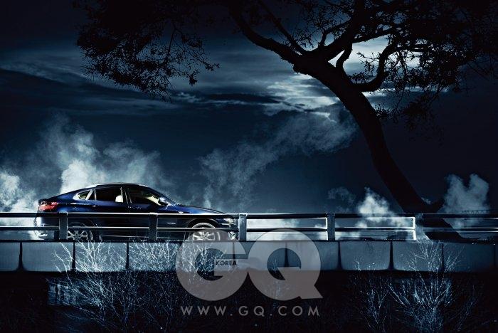 BMW X6 30d 지구엔 없는 인종을 보는 것처럼 낯설었다. 거리에선 위압적이었다. X6는, SUV가 여러 갈래로 진화하고 있다는 증거이기도 했다. 지붕은 쿠페처럼 꺾었다. 기존의 X5와 확실히 차별화됐다. SUV의 활동성과 공간감은 살리되, 쿠페의 스타일까지는 포기할 수 없다는 뜻이니까. X6는 도로 상황과 핸들링에 따라 네 바퀴의 구동력을 0~100퍼센트까지 자동으로 제어한다. 와인딩에선 차체를 믿고, 상상 이상으로 공격적일 수 있다는 뜻이다. X6가 희귀한 건, 안 팔려서가 아니다. 아무나 선택하는 차가 아니라는 뜻이다. 9천3백90만원.